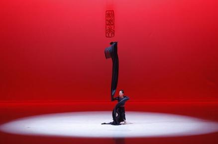 下篇《剑器行》演员身着黑色舞蹈服,用水袖配合着舞蹈动作